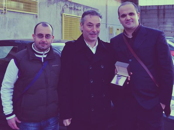 Lo staff di GioiaSport consegna il premio a Maurizio Accordino