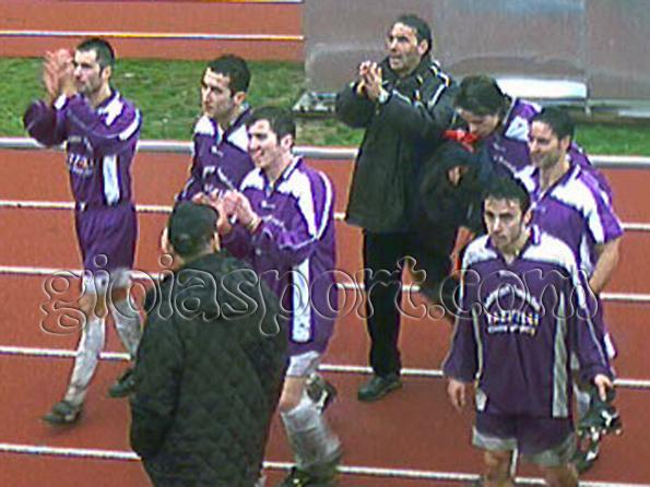 Stagione 2002/03. Riccardo Petrucci e parte della squadra del Calcio Riunite, vittoriosa sul Locri, applaudono i tifosi