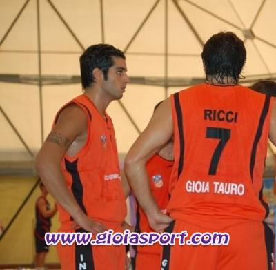 Daniele Cerami e Leo Ricci (di spalle) in un time out (foto www.reggioacanestro.it)